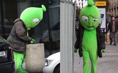Muž behal po Prahe oblečený v kostýme smutného Alzáka. Chcel poukázať na dnešnú konzumnú spoločnosť