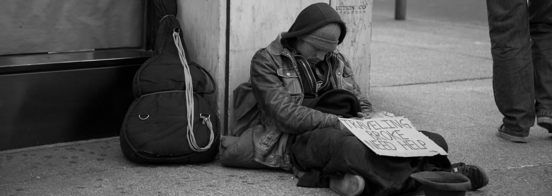 Muž bez domova, který díky jednomu dobrému skutku získal už skoro 400 tisíc dolarů, plánuje použít peníze na pomáhání druhým
