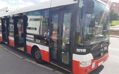 Muž byl řidičem trolejbusu v Brně vyzván, aby si nasadil roušku. Ten mu za to prokopl dveře