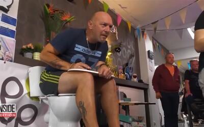 Muž chcel prekonať bizarný rekord v sedení na záchode, zvládol úctyhodných 5 dní