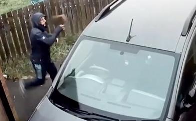 Muž chtěl cihlou rozbít okno auta, odrazila se mu zpátky do obličeje a zranila ho. Vše zaznamenala kamera