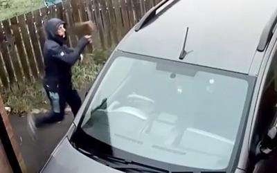 Muž chcel tehlou rozbiť okno auta, odrazila sa mu naspäť do tváre a zranila ho. Všetko zaznamenala kamera