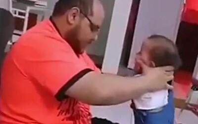 Muž fackoval svou malou dcerku, když ji učil chodit. Policie ho vypátrala díky influencerům