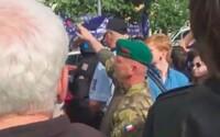 Muž hajloval na Václaváku před zraky policie. Ta z taktických důvodů nezasáhla
