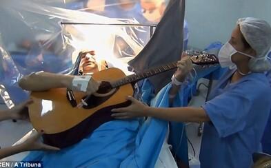 Muž hral počas operácie mozgu na gitaru. Lekári nielenže monitorovali, či postupujú správne, ale Rolden stihol aj vyznať lásku manželke