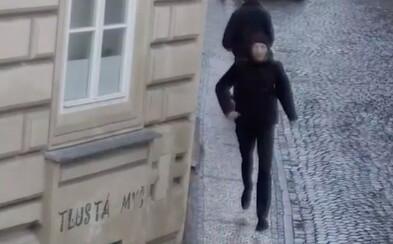 Muž jezdí v pražských tramvajích a stříhá ženám vlasy. Hledá ho policie