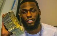 Muž kradl peníze přímo z bankovního trezoru. Pak s nimi pózoval na Facebooku a Instagramu