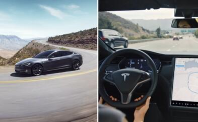 Muž koupil ojetou Teslu Model S a zaplatil za funkci autopilota, automobilka mu ji následně vypnula