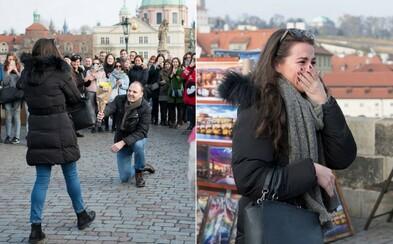Muž na Karlově mostě požádal před davem lidí o ruku svou přítelkyni. Romantický moment zachytil český fotograf a nyní po šťastném páru pátrá