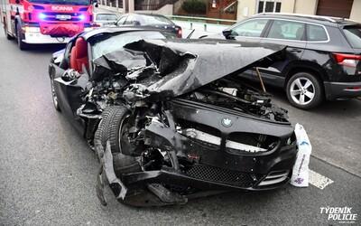 Muž na pervitinu v Praze ujížděl v kradeném BMW. Luxusní vůz zničil