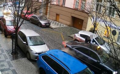 Muž na pražských Vinohradech surově zbil ženu, nacpal ji do auta a odjel