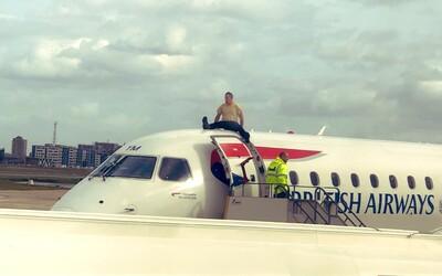 Muž na znak protestu proti klimatickej kríze vyliezol na strechu lietadla. Neskôr ochrankárov prosil, aby ho dali dole čo najskôr