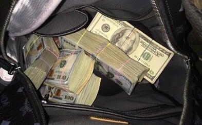Muž našel v metru Chanel kabelku s 10 tisíci dolary. Když spatřil ruský nápis na lístečku, vrátil ji