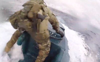 Muž pobrežnej stráže skočil počas plavby na ponorku, ktorá prevážala tony kokaínu a marihuany
