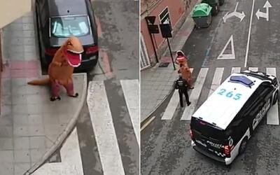 Muž počas karantény behal po ulici v kostýme dinosaura. Musela ho dokonca riešiť aj polícia
