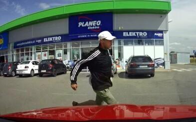 Muž pohotovo zneškodnil zlodeja v Galante. Nezaváhal, autom mu zablokoval cestu a spacifikoval ho