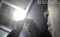 Muž poprosil o prohlídku domu své sousedky, protože měla v noci otevřené dveře. Při obhlídce policista ženu zastřelil