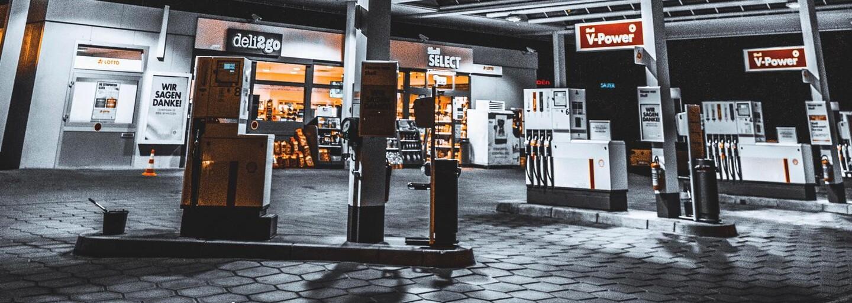 Muž přepadl benzinku v Praze. Maskoval se tak, že si obličej natřel černou barvou