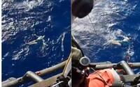 Muž prežil hodiny v oceáne desiatky kilometrov od pobrežia vďaka triku americkej armády. Stačilo, že si vo vode vyzliekol džínsy