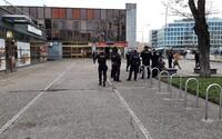 Muž při rvačce v Praze pobodal svého soka, z místa utekl