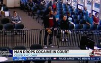 Muž přišel k soudu vyřešit dopravní přestupek, ale z čepice mu vypadl kokain. Balíček způsobil, že místo pokuty mu nyní hrozí vězení