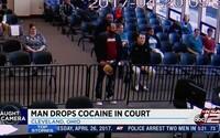 Muž prišiel na súd vyriešiť dopravný priestupok, ale z čiapky mu vypadol kokaín. Balíček spôsobil, že namiesto pokuty mu teraz hrozí väzenie