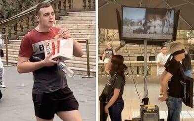 Muž provokoval vegany. Během jejich protestu se zakousl do křidélek z KFC
