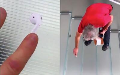 Muž rozmístil po metropoli nálepky připomínající AirPody. Sleduj video, jak se je lidé snažili vzít ze země