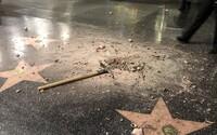 Muž rozmlátil hvězdu Donalda Trumpa na Chodníku slávy. Téměř nic z ní nezbylo