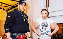 Muž s bicepsy jako Pepek námořník se připravuje na další MMA zápas. Tentokrát ho trénuje ruský Hulk