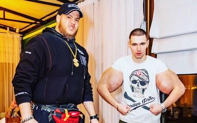 Muž s bicepsami ako Pepek námorník sa pripravuje na ďalší MMA zápas. Tentokrát ho trénuje ruský Hulk