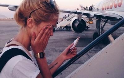Muž sa v lietadle dobýjal do kokpitu, lebo si tam chcel dať nabiť mobil a pri sedadle nenašiel zástrčku