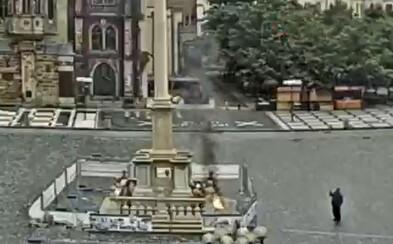 Muž se na Staroměstském náměstí pokusil zapálit Mariánský sloup. Pak si sedl na lavičku a počkal na policii