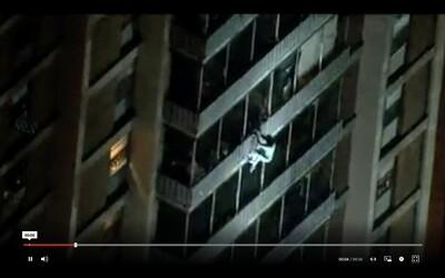 Muž se zachránil před požárem tak, že slezl po balkonech z výškové budovy