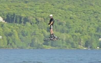 Muž se zapsal do Guinnessovy knihy rekordů za nejdelší let na vznášedle, které si sám vyrobil