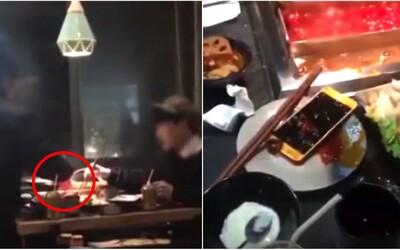 Muž si na rande hrál s mobilem, tak mu ho žena hodila do horkého jídla a odešla