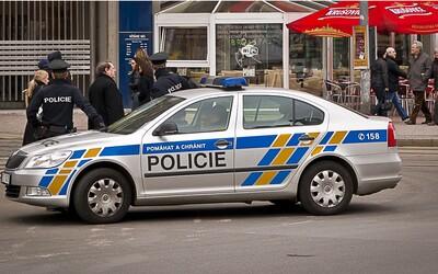 Muž si na úřadě v Brně stěžoval, že nemá na dopisu titul. Nakonec úředníka napadl a chytl pod krkem