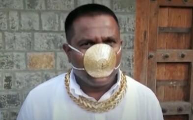 Muž si nechal vyrobiť rúško z čistého zlata za takmer 4 000 €. Vždy na sebe nosí viac ako kilo šperkov