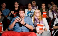 Muž si v kine zasekol hlavu medzi sedačkami, keď sa skláňal po mobil. Stálo ho to život