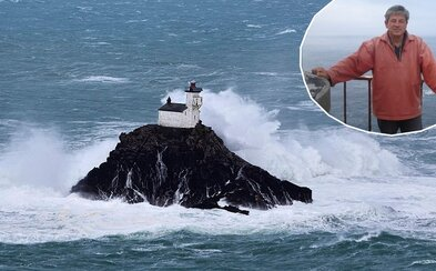 Muž strávi 60 dní sám na starom strašidelnom majáku obkolesenom búrlivým morom