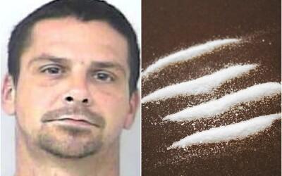 Muž tvrdí, že mu sáček s kokainem přivál do auta vítr