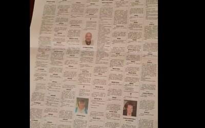 Muž ukazuje, kolik nekrologů přibylo v novinách z města Bergamo za  měsíc