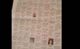 Muž ukazuje, kolik nekrologů přibylo v novinách z města Bergamo za méně než týden