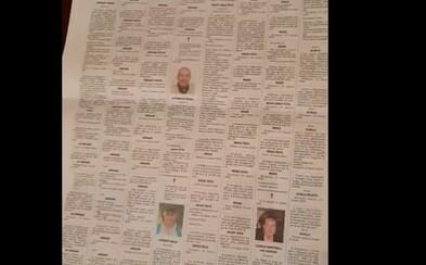Muž ukazuje koľko nekrológov pribudlo v novinách z mesta Bergamo za mesiac