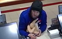 Muž ukradl z restaurace obrovskou nádobu na spropitné, pomohl si gumovým kuřetem
