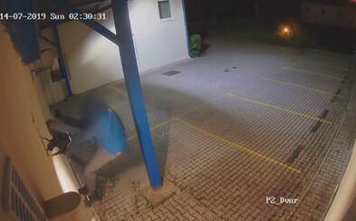 """Muž v Brně ukradl 3 miliony oknem. """"Když vidím otevřené okno, musím dovnitř,"""" hájil se"""