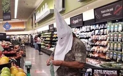 Muž v Kalifornii si namiesto rúška zobral do supermarketu masku Ku Klux Klanu