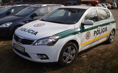 Muž v Košiciach obložil salámou policajné auto. Z miesta činu chcel utiecť, už je vo väzbe