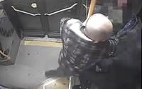 Muž v košickej MHD napadol bezbranného chlapca. Najprv mu podal ružu, potom ho udieral päsťou do tváre