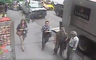 Muž v New Yorku ukradl vědro plné zlata v hodnotě přes 40 milionů korun. Za bílého dne využil chvíle, kdy si strážník odskočil
